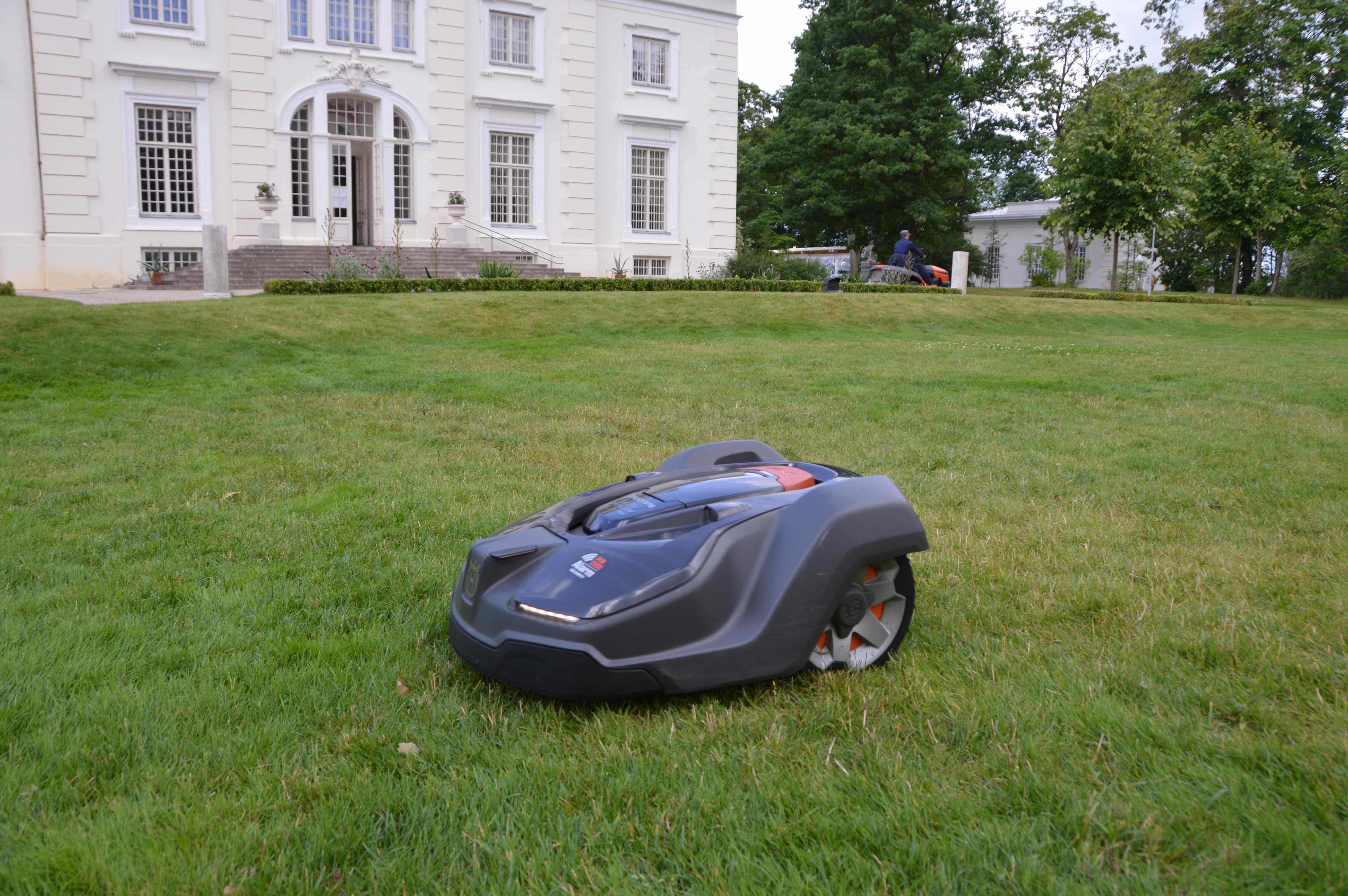 Užutrakio parkas investavo į tylą - rūmų veją prižiūri robotas