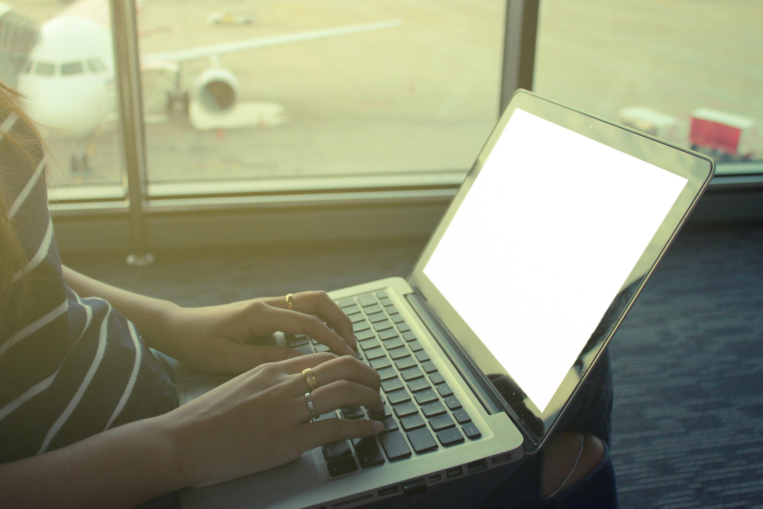 Lėktuvų keleiviams primenama: ličio baterijos ir įkrovikliai – tik lėktuvo salone