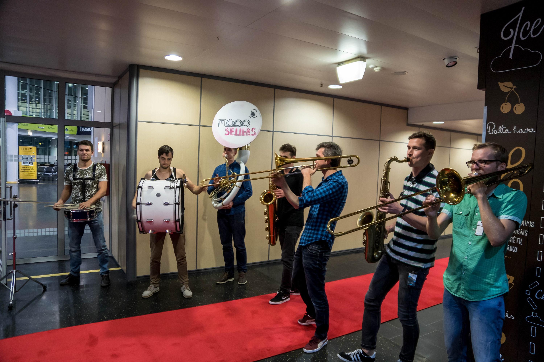 Pirmieji keleiviai Vilniaus oro uoste vidurnaktį sutikti skambant muzikai