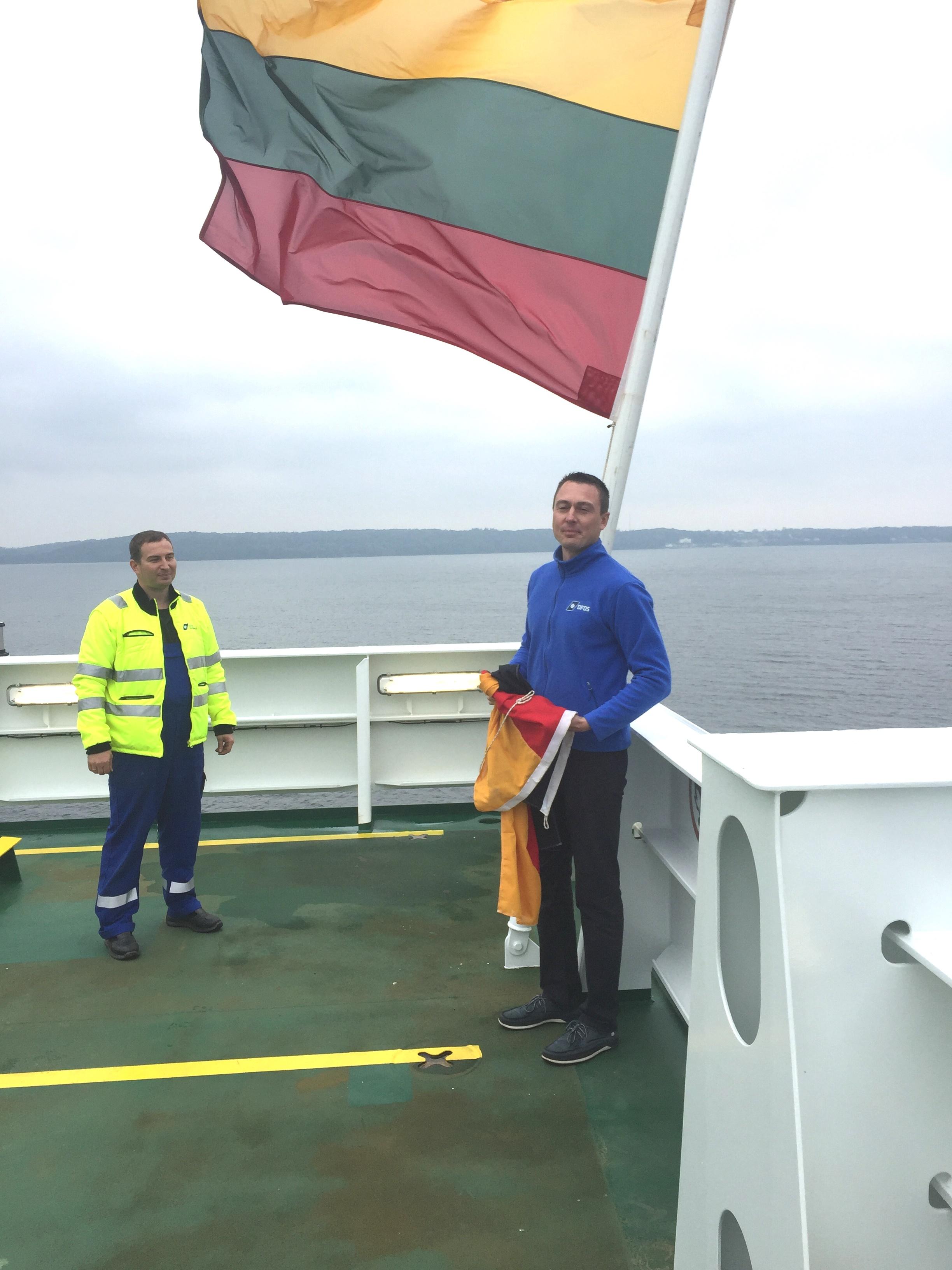 Lietuvos vėliava iškelta ant dar vieno kelto