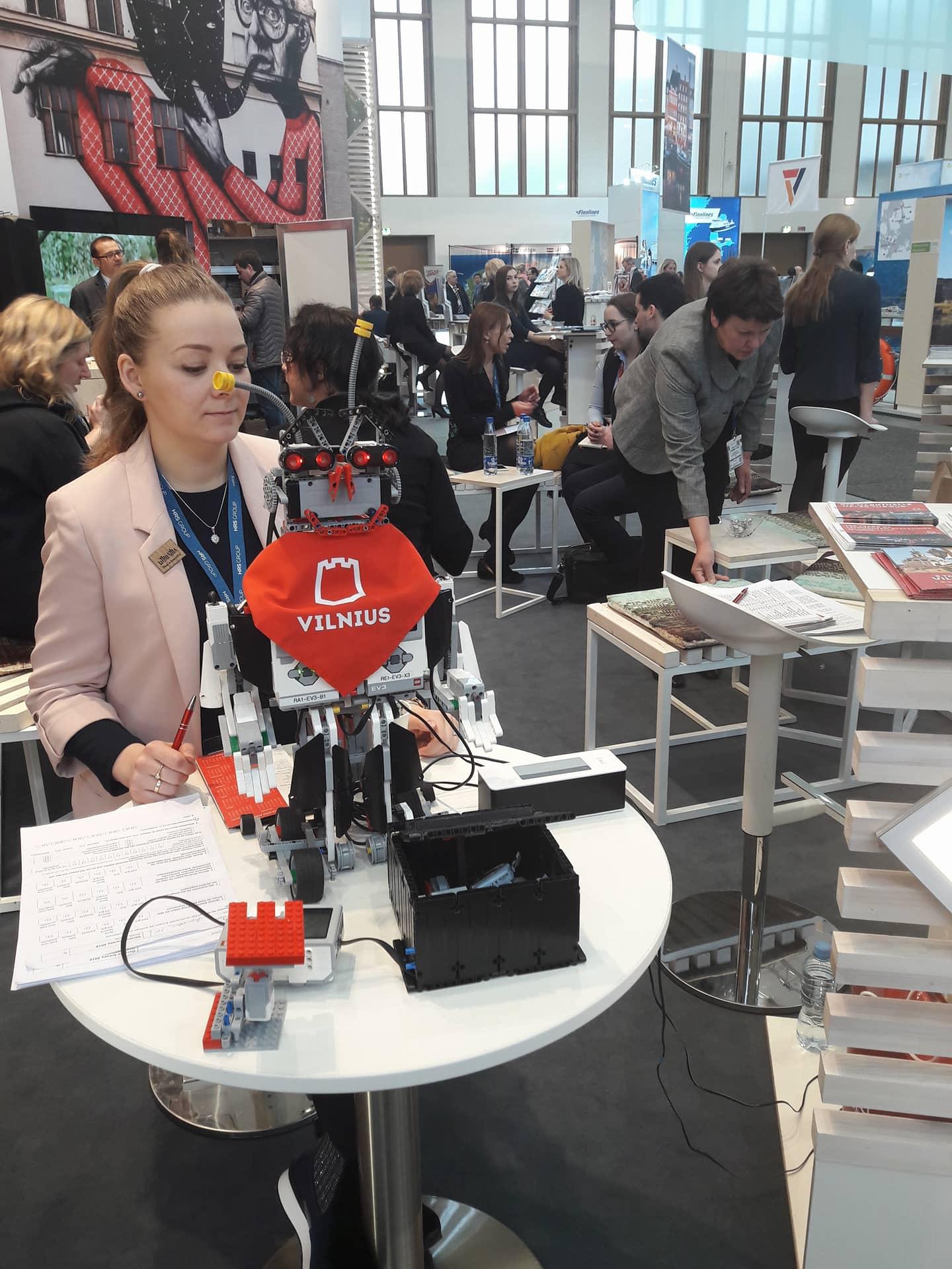 Vilniaus vaikų sukonstruotas robotas pristato sostinę užsieniečiams