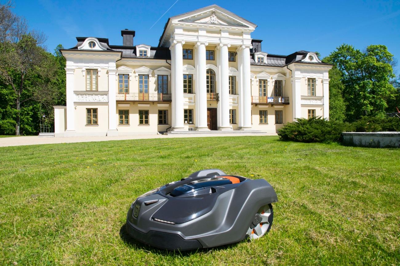 Gražiausiuose Lietuvos dvaruose sodininkų pareigas perima robotai